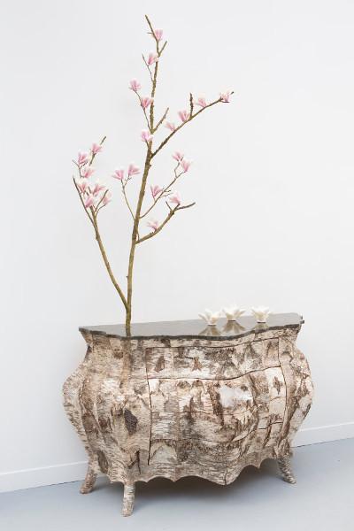 Commode Karren et Branche en Bronze avec fleurs de magniola en porcelaine